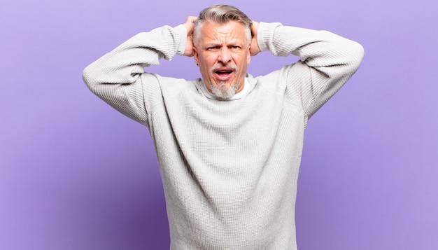 Idoso se sentindo estressado, preocupado, ansioso ou com medo, com as mãos na cabeça, entrando em pânico com o erro