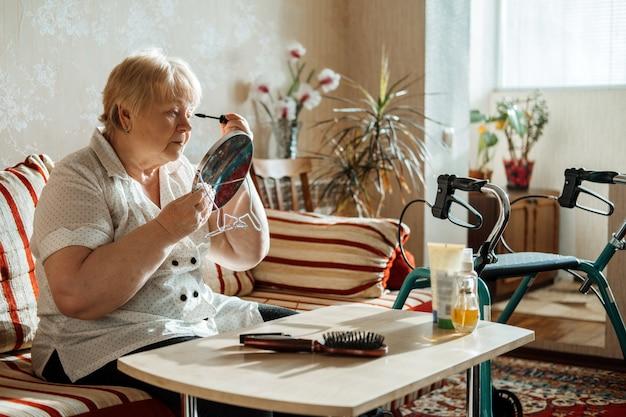 Idoso sênior de beleza e cuidados com a pele idoso plus size mulher loira com deficiência aplicando preto