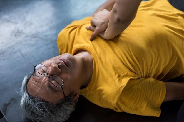 Idoso sênior recebe primeiros socorros por meio de ressuscitação cardiopulmonar ou técnicas de salvamento de cpr na academia