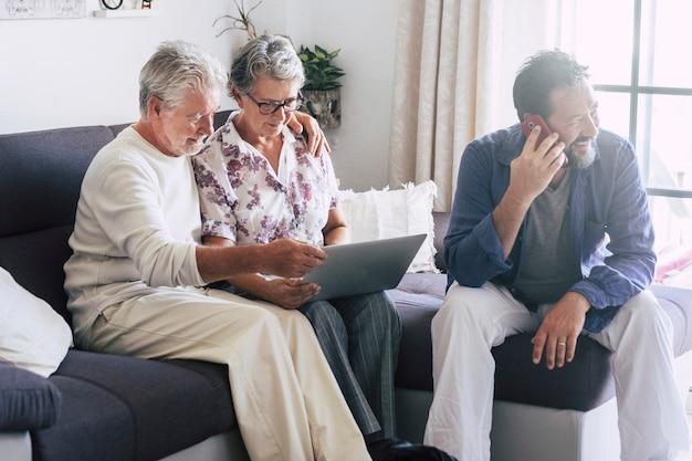 Idosos adultos e pessoas de meia idade em casa