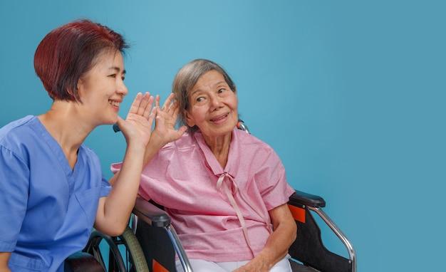 Idosos asiáticos mulher com perda auditiva, com deficiência auditiva