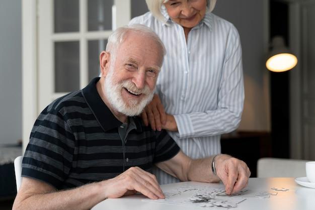 Idosos enfrentando a doença de alzheimer