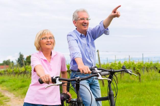 Idosos exercitar com bicicleta