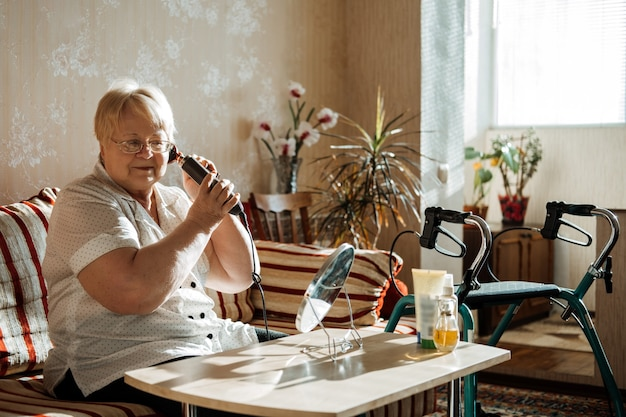 Idosos idosos de beleza e cuidados com a pele, além de uma mulher loira tamanho com deficiência penteando o cabelo perto