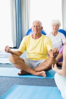Idosos realizando ioga