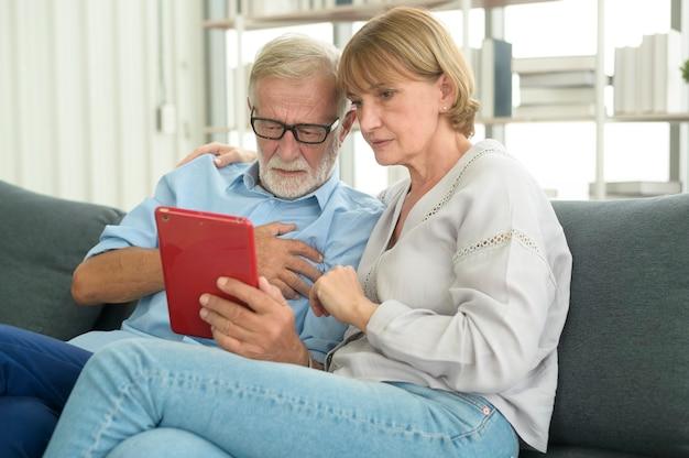 Idosos seniores caucasianos são videochamada com médico, telessaúde, conceito de tecnologia de cuidados de saúde