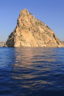 Ifach penon montanha em calpe do mar azul