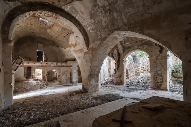 Igreja abandonada e arruinada