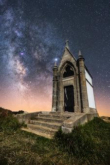 Igreja antiga com a via láctea no céu
