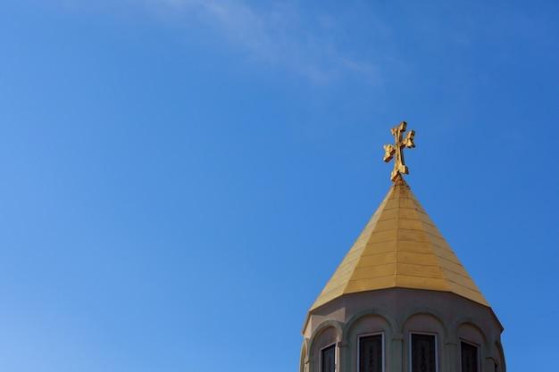 Igreja armênia cruzando o céu