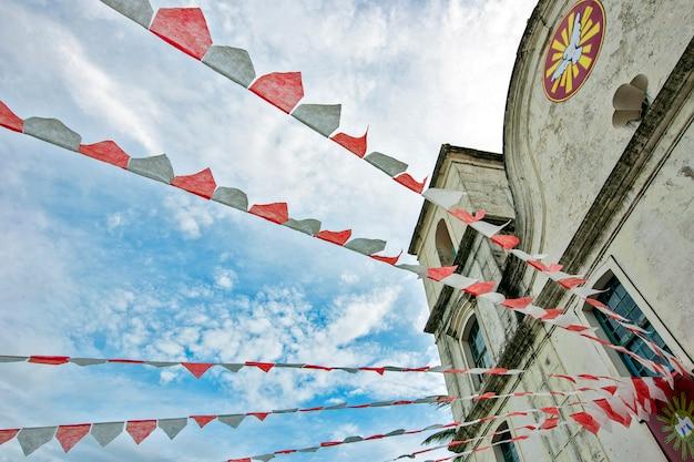 Igreja barroca decorada com bandeiras de festa junina