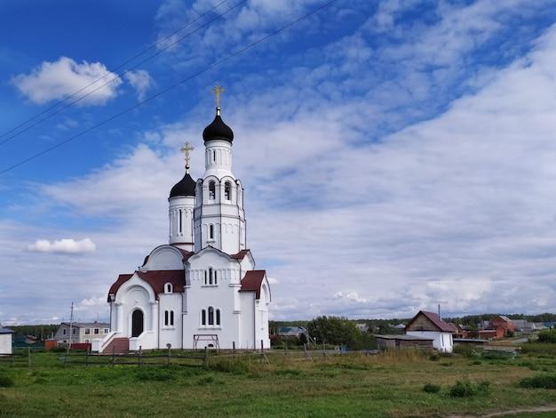 Igreja branca de vladimir igualdade dos apóstolos na aldeia de burmistrovo, na sibéria
