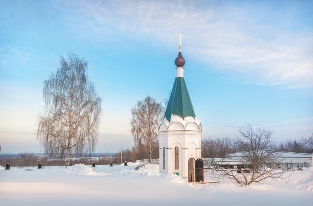 Igreja capelossuária no inverno com neve ao redor