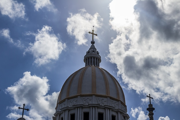 Igreja católica com nuvens no fundo