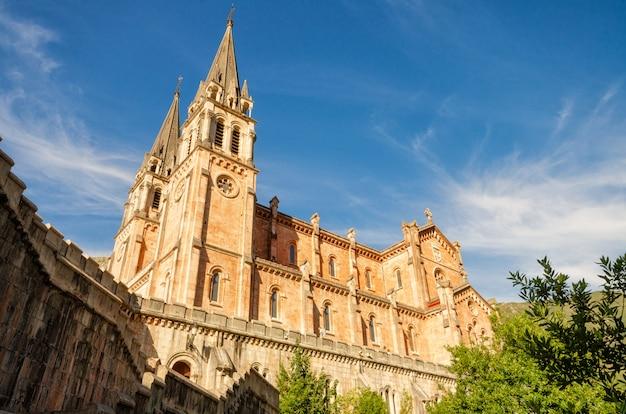 Igreja católica da basílica do santuário de covadonga em cangas de onis, as astúrias, espanha.