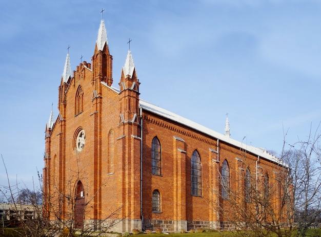 Igreja católica de st. andrew, vila de naroch, região de minsk, bielorrússia.