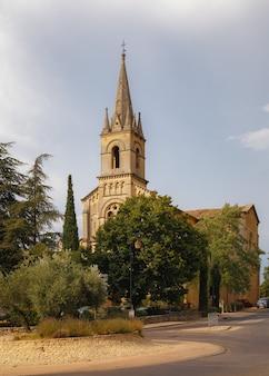 Igreja católica na praça central da aldeia bonnieux, no departamento vaucluse provence, frança