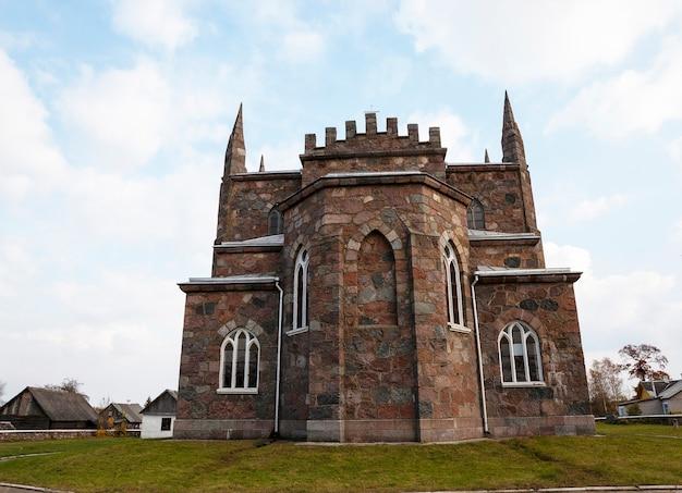 Igreja católica - uma antiga igreja católica localizada na vila de peski, bielo-rússia