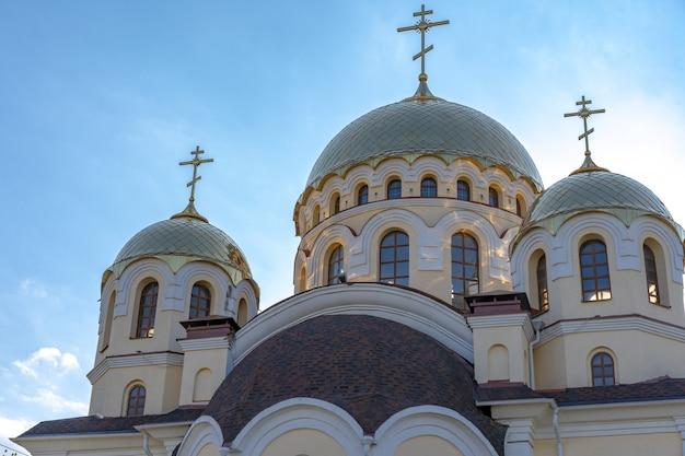 Igreja com cúpulas sob o céu