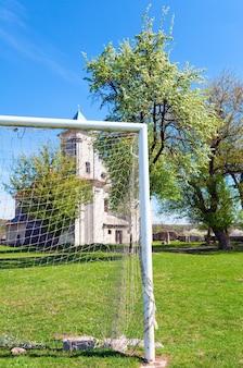 Igreja da anunciação da bem-aventurada virgem maria (aldeia sydoriv, região de ternopil, ucrânia, construída em 1726-1730) e campo de futebol abandonado.