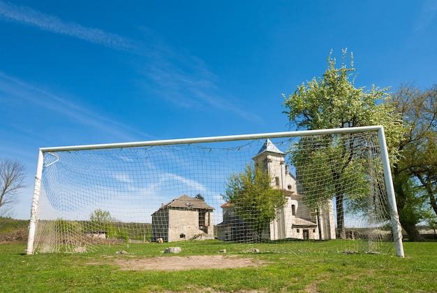 Igreja da anunciação da bem-aventurada virgem maria (aldeia sydoriv, região de ternopil, ucrânia, construída em 1726-1730) e gol de futebol.