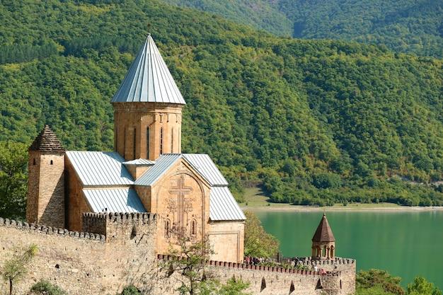 Igreja da assunção, linda igreja na fortaleza de ananuri, margem do rio aragvi, geórgia