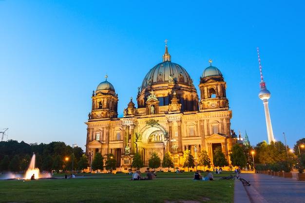Igreja da catedral de berlim (berliner dom) à noite, berlim, alemanha