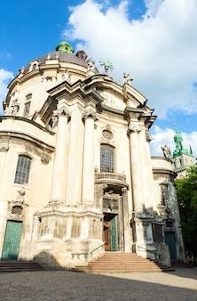 Igreja da catedral dominicana no centro da cidade de lviv (ucrânia)