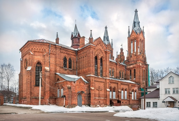 Igreja da imaculada conceição da bem-aventurada virgem maria em smolensk sob o céu azul da primavera