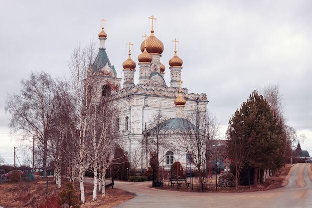 Igreja da intercessão do santíssimo theotokos em zhestylevo dmitrov rússia