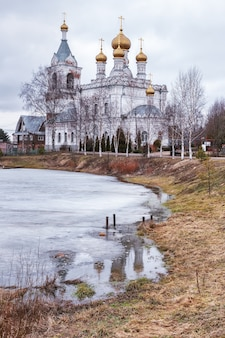 Igreja da intercessão do santíssimo theotokos no distrito de zhestylevo dmitrov, rússia