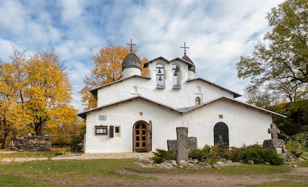 Igreja da intercessão e natividade da violação do xvxvi pskov rússia
