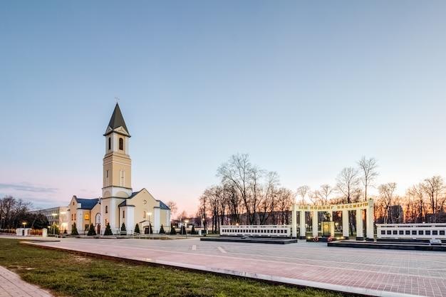 Igreja da mãe de deus em gomel à noite. bielorrússia