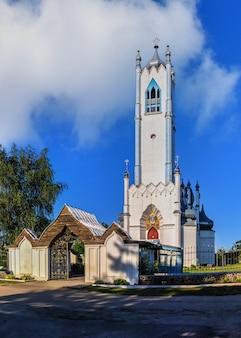 Igreja da transfiguração na aldeia de moshny, ucrânia, em um dia ensolarado de verão