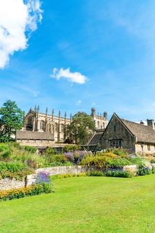 Igreja de cristo com o war memorial garden em oxford, reino unido
