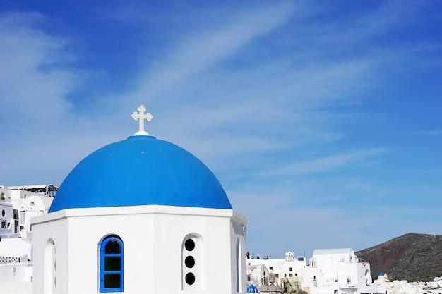 Igreja de cúpula azul em oia, santorini, grécia