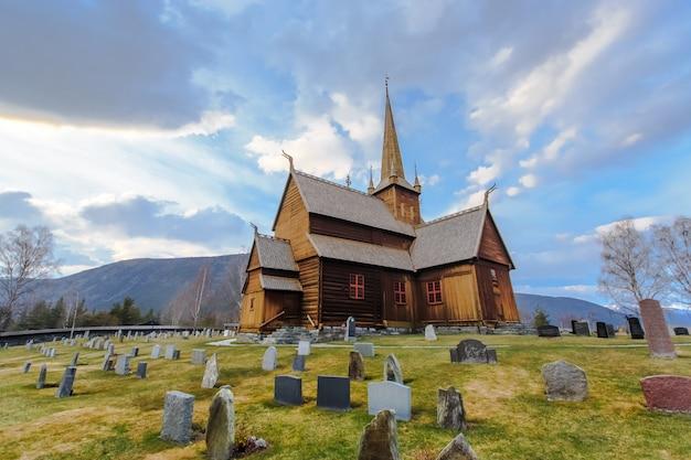 Igreja de lom com primeiro plano de cemitério