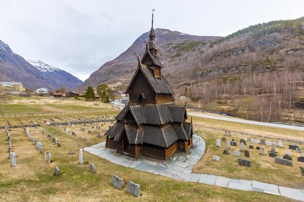 Igreja de madeira de borgund na temporada de primavera sob o céu de nuvem