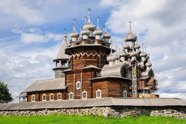 Igreja de madeira em kizhi sob reconstrução