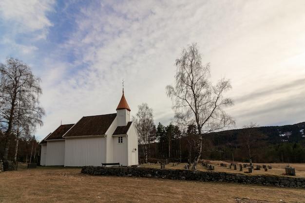Igreja de madeira muito pequena em hillestad em tovdal, aust-agder noruega