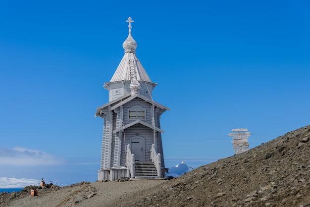 Igreja de madeira na antártica na estação de pesquisa antártica russa de bellingshausen