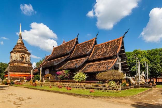 Igreja de madeira velha de wat lok molee em chiang mai tailândia