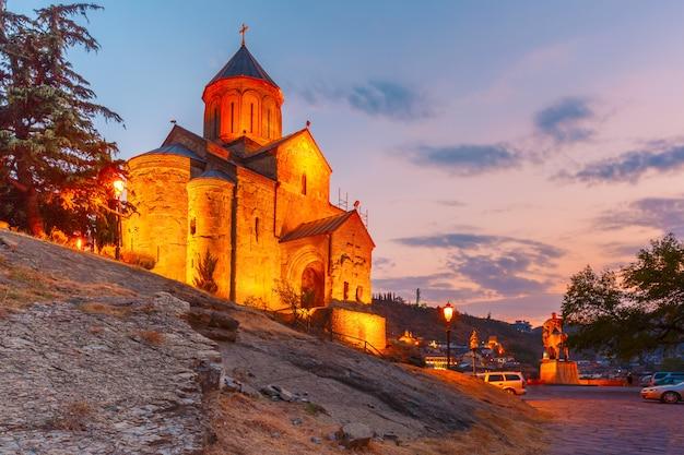 Igreja de metekhi ao pôr do sol em tbilisi, geórgia