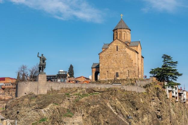 Igreja de metekhi e monumento do rei vakhtang gorgasali