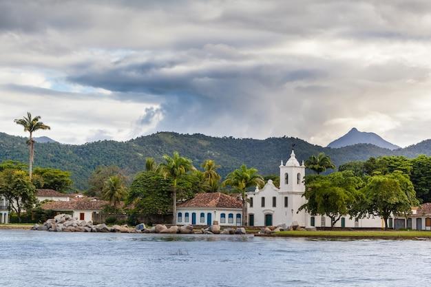Igreja de nossa senhora das dores em paraty em dia chuvoso com nuvens, estado do rio de janeiro