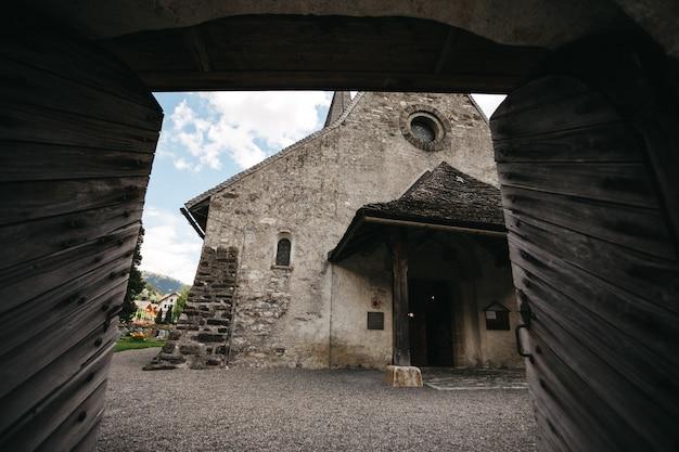 Igreja de pedra antiga na suíça