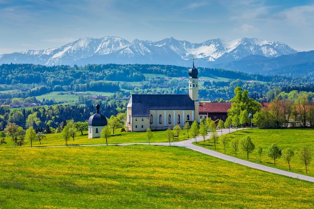 Igreja de peregrinação de wilparting em irschenberg, alta baviera, alemanha Foto Premium
