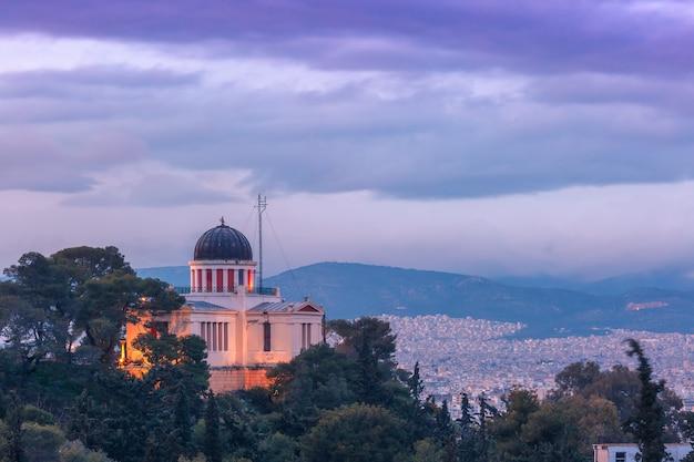 Igreja de saint marina em thissio durante a hora azul da noite em atenas, grécia
