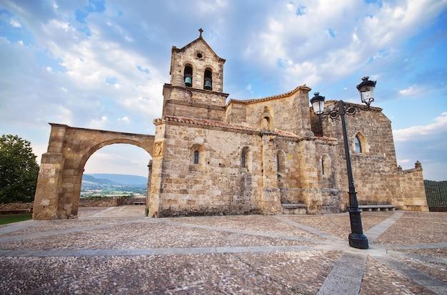 Igreja de san vicente martir e san sebastian no crepúsculo, em frias, burgos, espanha.