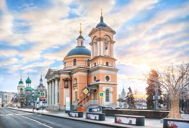 Igreja de santa bárbara na rua varvarka em moscou sob os raios do sol da manhã de primavera